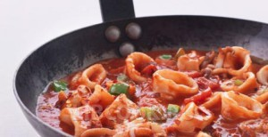 Мясо кальмаров с томатным соусом