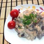 Баклажанно-грибной салат с мясом в сливочном соусе